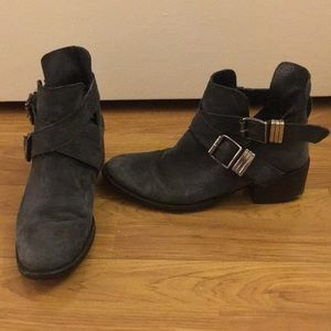 Steve Madden 7.5 Grizzz buckle ankle boots